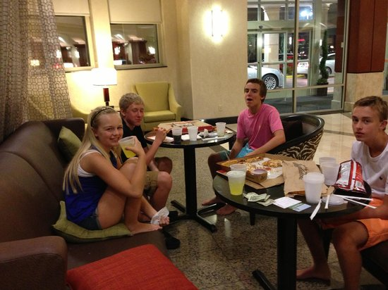 Drury Plaza Hotel Nashville Franklin: Enjoying the lobby and pizza