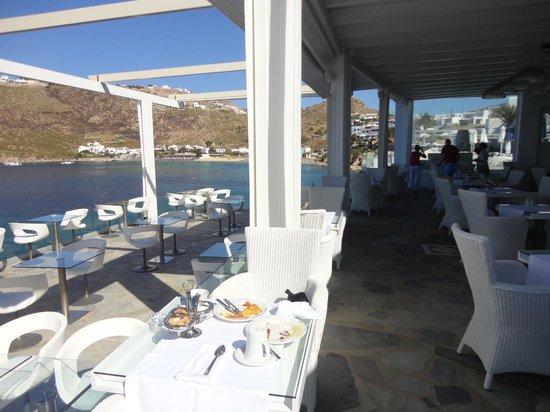Petasos Town Hotel: café da manhã com esta vista e atendimento de primeira é mil.