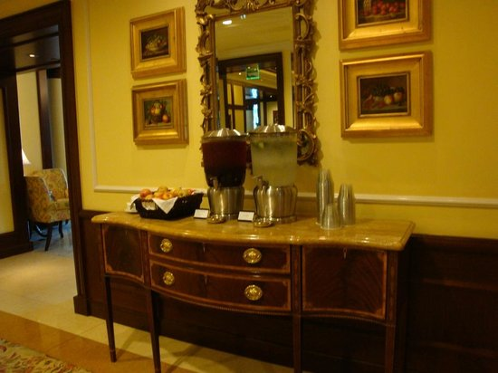 Four Seasons Hotel Westlake Village: Comp water and beverages available in Main Lobby
