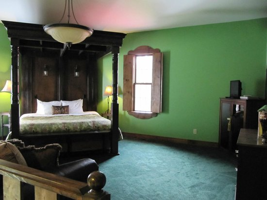 Ravenwood Castle: 2nd floor (bedroom) of King Arthur suite