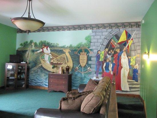 Ravenwood Castle: Mural in the King Arthur Suite bedroom