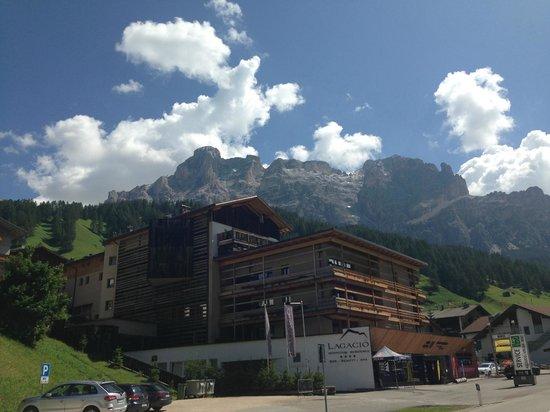 Lagacio Hotel Mountain Residence: Hotelsicht vom Wanderweg vis à vis