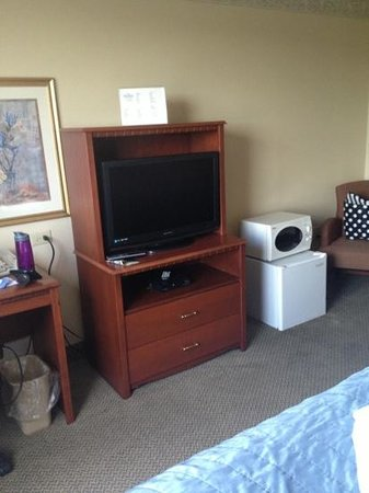 Baymont Inn & Suites Ft. Leonard/Saint Robert: nice tv but extremely small fridge