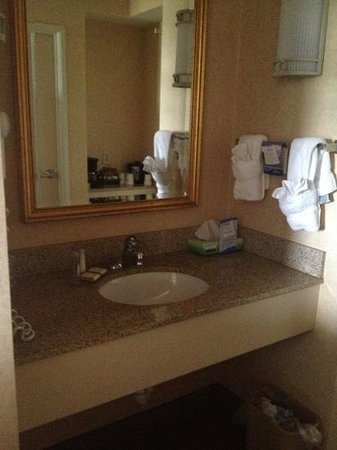 Baymont Inn & Suites Ft. Leonard / St. Robert: very nice sink area!