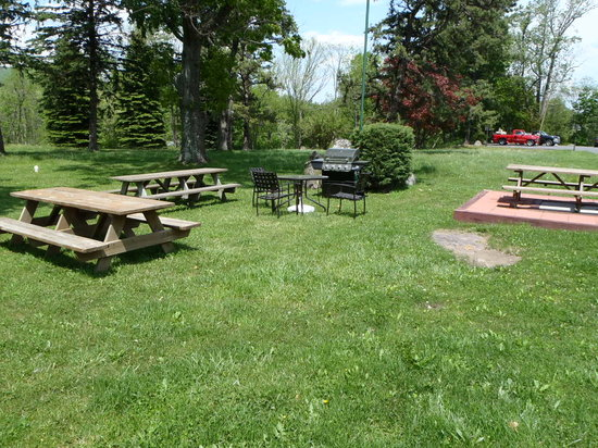 Econostay Motel: Picnic Grounds Are Located All Over The Property