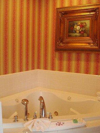 Judge Porter House Bed and Breakfast: Garden Room Bath