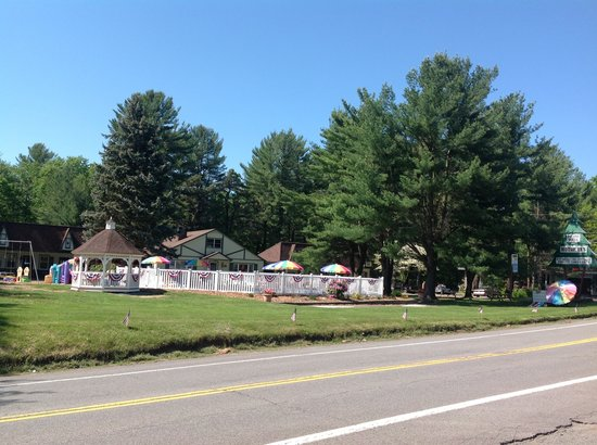 Pocono Pines Motor Inn & Cottages: View from route 507. Check out the pool