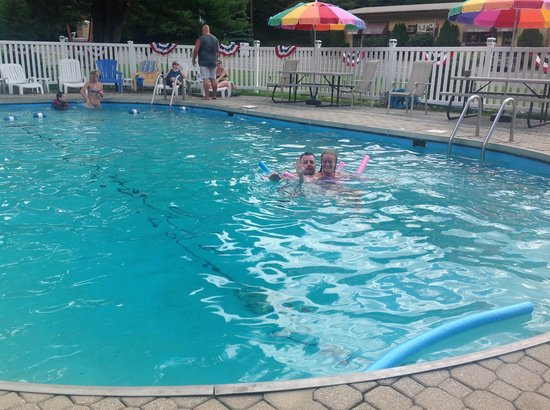 Pocono Pines Motor Inn & Cottages : Fun in the pool