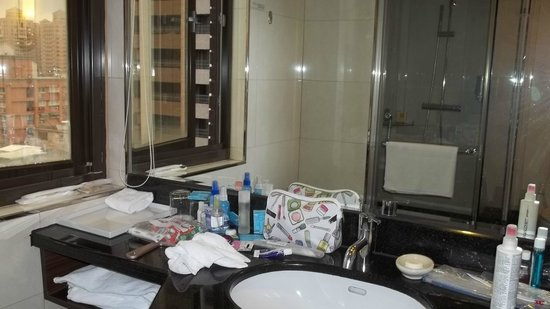 Fullon Hotel Taoyuan: Vanity in Bathroom  Window opened for fresh air
