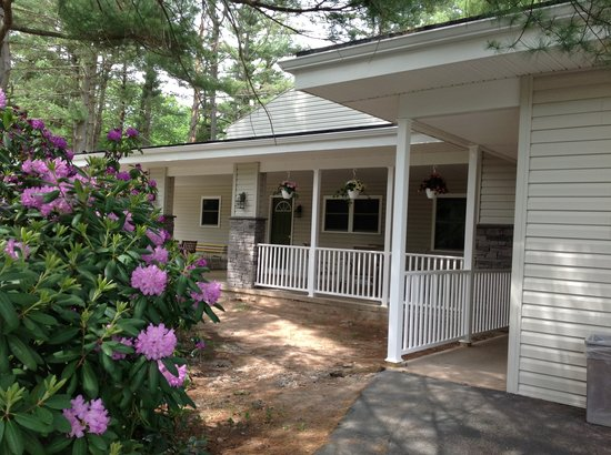 Pocono Pines Motor Inn & Cottages : Newly renovated lodge. You will love it  sleeps up 8. Great for families