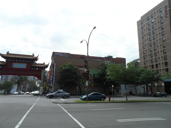 Hotel Travelodge Montreal Centre : The main entrance to China Town just a few feet away from the hotel.