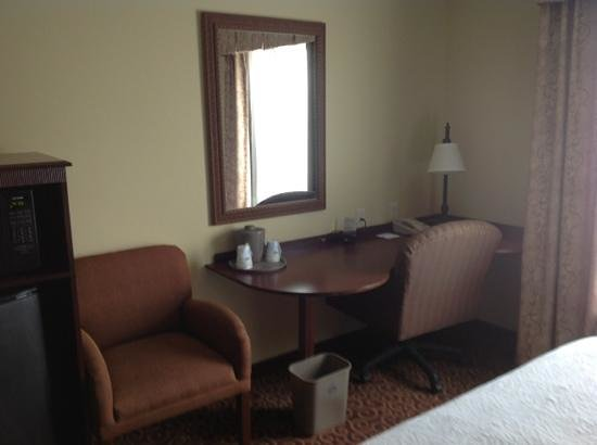 Hampton Inn and Suites Alexandria : desk