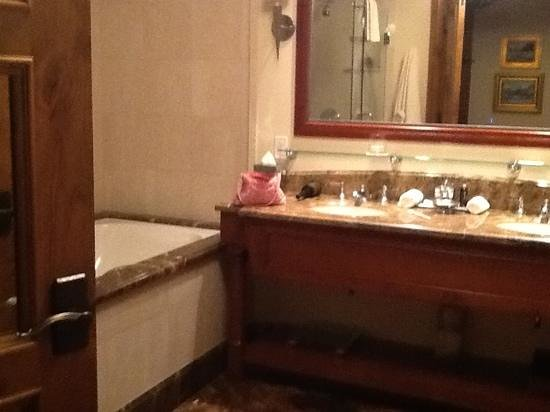 Arrabelle at Vail Square, A RockResort : Huge bathroom