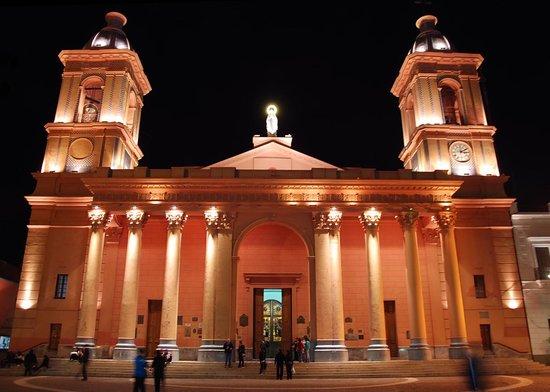 San Fernando del Valle de Catamarca, Argentina: La Catedral iluminada.