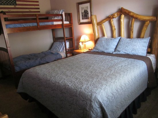 Circle View Guest Ranch: Wonderful western style decor.  No plain white linens here!
