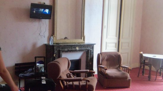 Hotel Imperial: Some chairs, a tv
