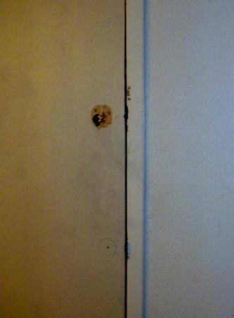Super 8 Norfolk Chesapeake Bay: Door to adjoining room