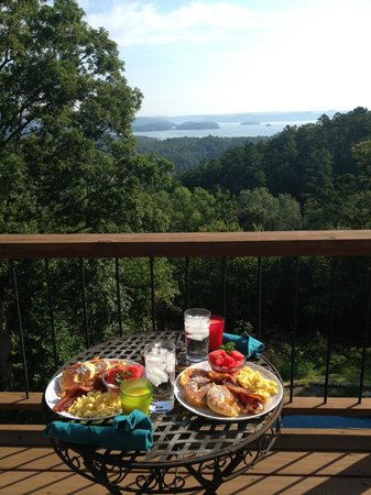 Lago Vista Bed and Breakfast: gourmet breakfast on our private balcony