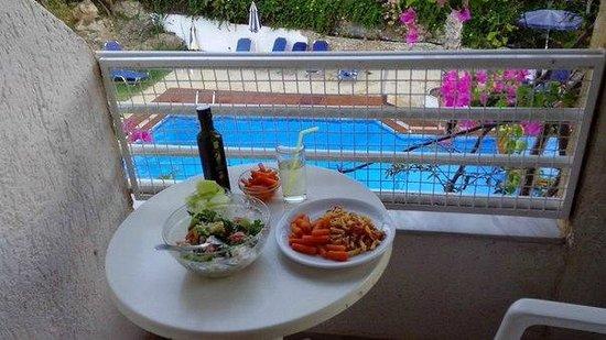 Iliostasi Beach Apartments: Кушала на балкончике с видом на бассейн