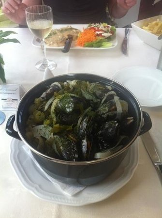 l'Heritage Hotel Pension: Delicious muscle pot!!! Huge portion