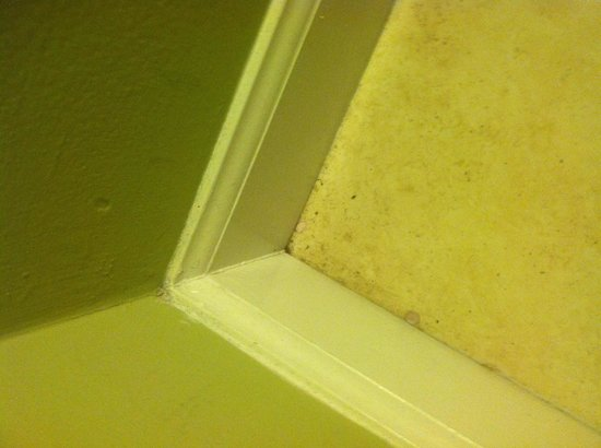 Tidelands Caribbean Hotel and Suites: Dirt in corners