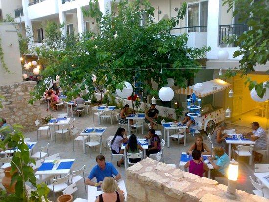 smartline Dimitrios Beach: Открытая столовая на территории