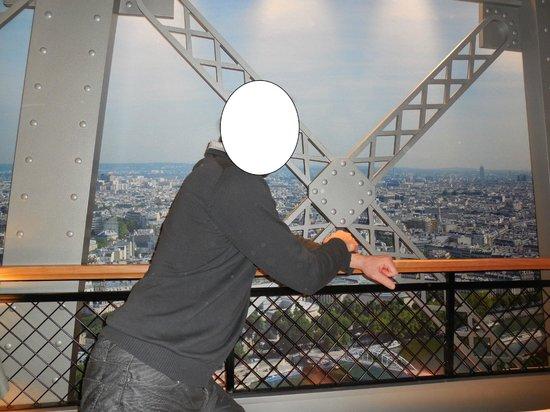 Lit avec tv int gr dans le meuble picture of hotel for Meuble avec cachette secrete