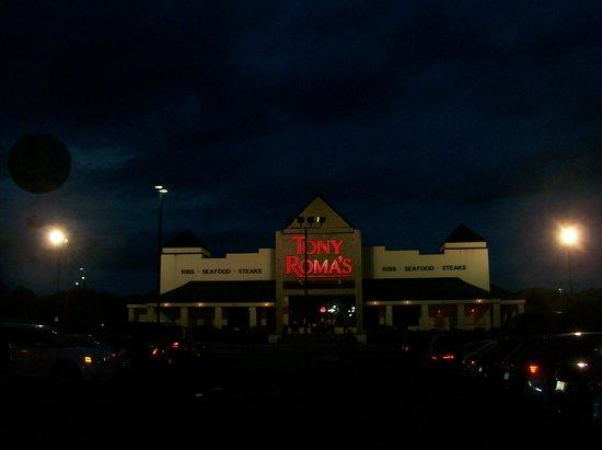 Tony Roma's : The Exterior of the Restaurant at Night