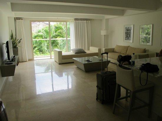San Diego 974 Suites: living room