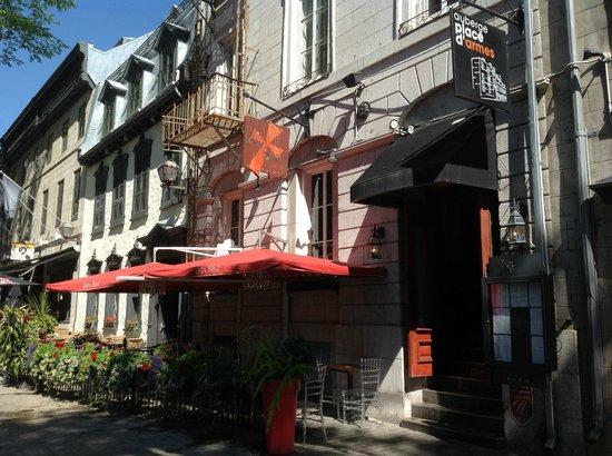 Auberge Place D'Armes: Hotel front from street