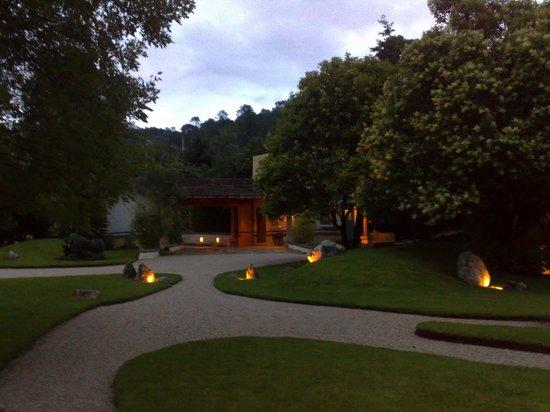 Hotel Bosques del Sol suites: JARDÍN AL ATARDECER