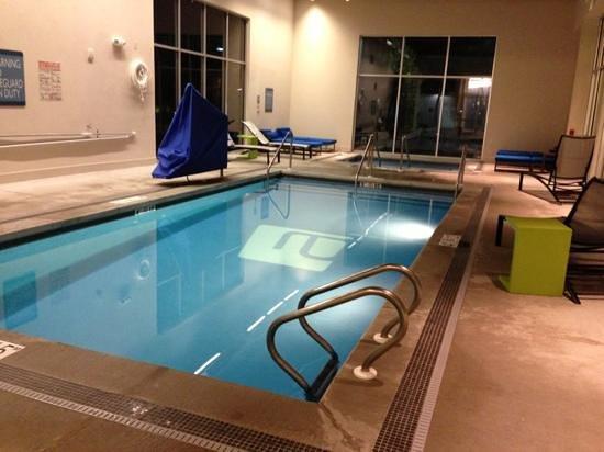 Aloft Green Bay: pool n jacuzzi