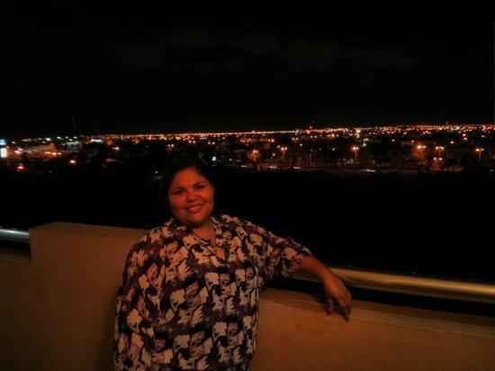 Coral Island Hotel and Spa: Vista noctura desde afuera de la habitación desde el 5to piso