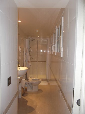 Hotel Pas de Calais: bathroom