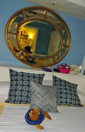 The Portofino Hotel & Marina, A Noble House Hotel: Nice Bed Awaits You At The Portofino