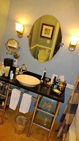 The Portofino Hotel & Marina, A Noble House Hotel: Lovely Bath Area