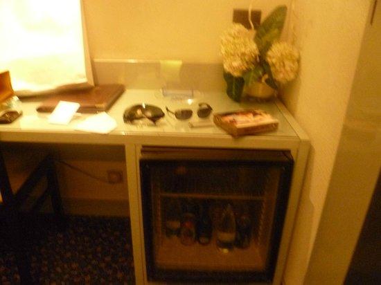Hotel Michelangelo: Desk con minibar