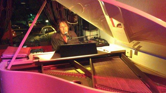 Bernie's Jazz and Piano Cafe: Grand piano