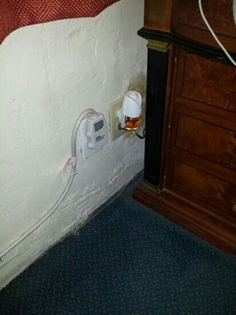 Budget Inn Motel: air freshener that came with room still didn't work