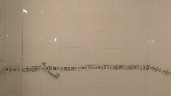 Telford Whitehouse Hotel: bath/shower