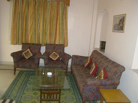 Hotel Chirmi Palace: Suite room sitting area