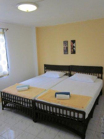 Urban Guesthouse: Double Fan Twin Bed
