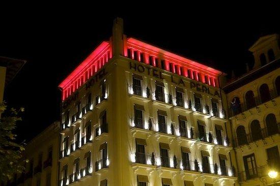 Gran Hotel La Perla: Hotel at night