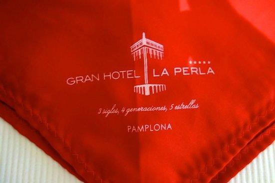 Gran Hotel La Perla: Nice red scarf