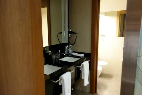 Gran Hotel La Perla : Bathroom with double sinks