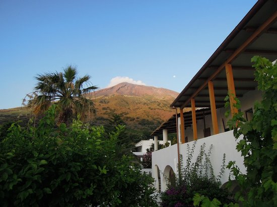Hotel Villa Petrusa: View of the terrace and the volcano