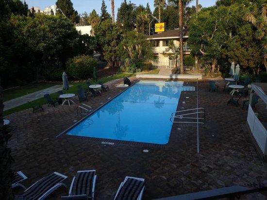 Super 8 by Wyndham Long Beach: splendida piscina