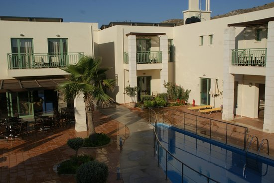 Grand Bay Beach Resort: Vue intérieure de l'hôtel côté piscine