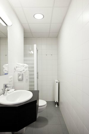 Antwerp Harbour Hotel: bathroom (Twin)
