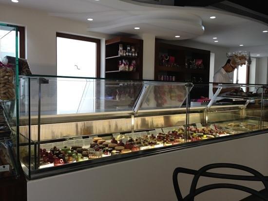 Pastelería De Sabors: escaparate con todas las tentaciones